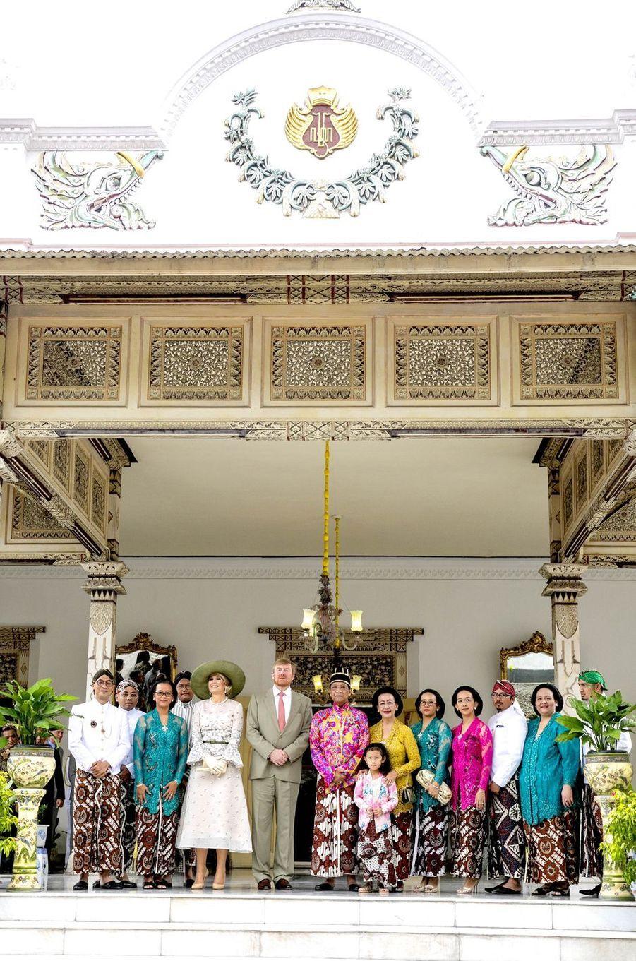La reine Maxima et le roi Willem-Alexander des Pays-Bas avec le sultan de Yogyakarta, sa femme et leur famille à Yogyakarta, le 11 mars 2020