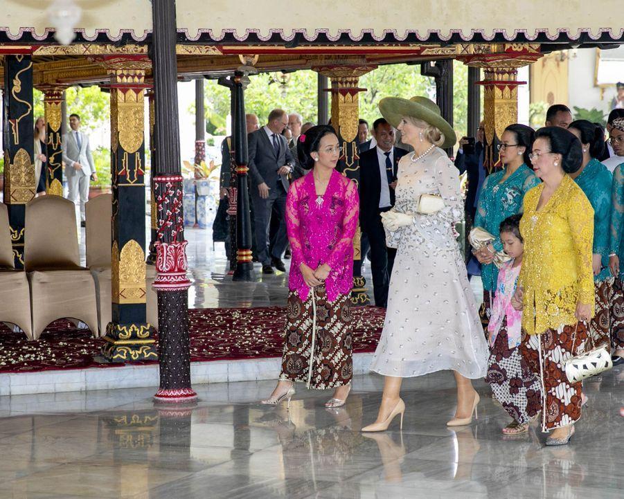 La reine Maxima des Pays-Bas avec la reine de Yogyakarta à Yogyakarta, le 11 mars 2020