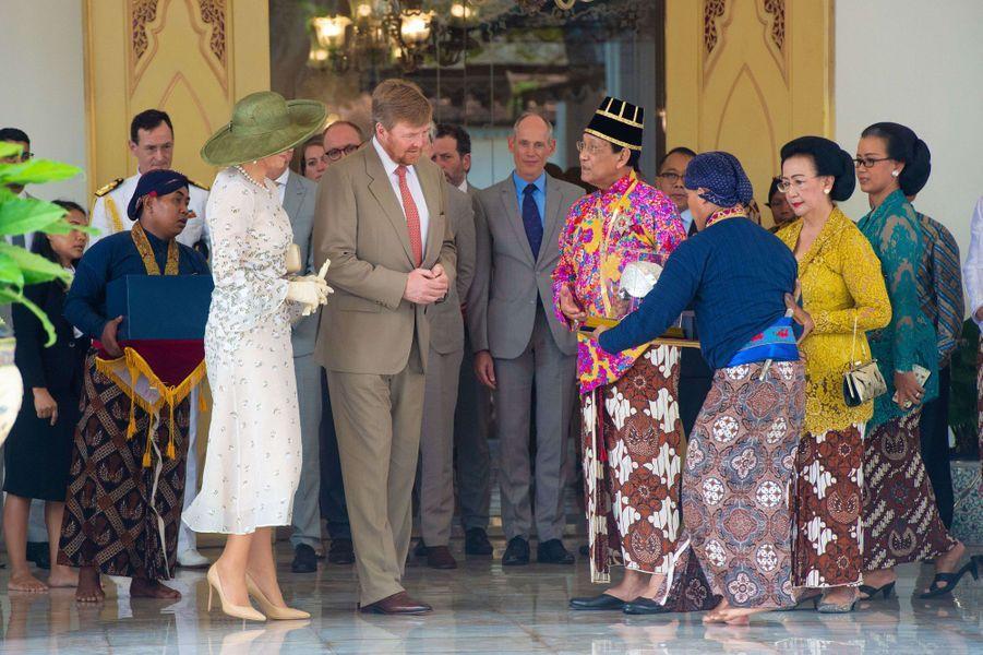 La reine Maxima et le roi Willem-Alexander des Pays-Bas avec le sultan de Yogyakarta et sa femme à Yogyakarta, le 11 mars 2020