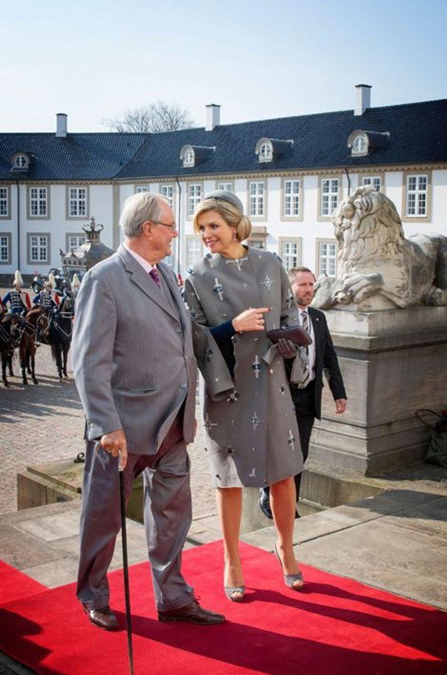 La reine Maxima des Pays-Bas et le prince Henrik de Danemark arrivent au château de Fredensborg, le 17 mars 2015
