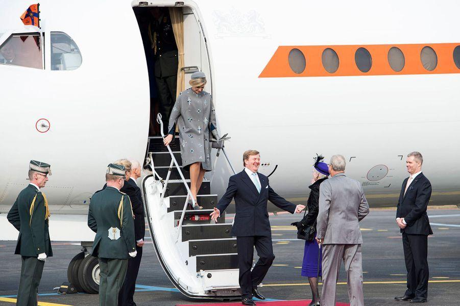 La reine Maxima et le roi Willem-Alexander des Pays-Bas accueillis par la famille royale danoise à l'aéroport de Copenhague, le 17 mars 2015