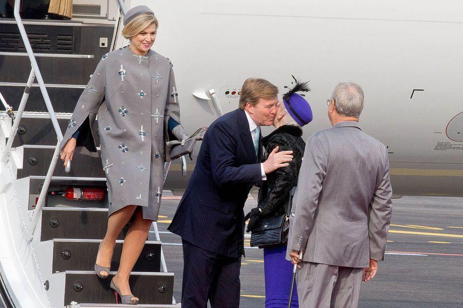 La reine Maxima et le roi Willem-Alexander des Pays-Bas accueillis par la reine Margrethe II de Danemark et le prince Henrik à l'aéroport de Copen...