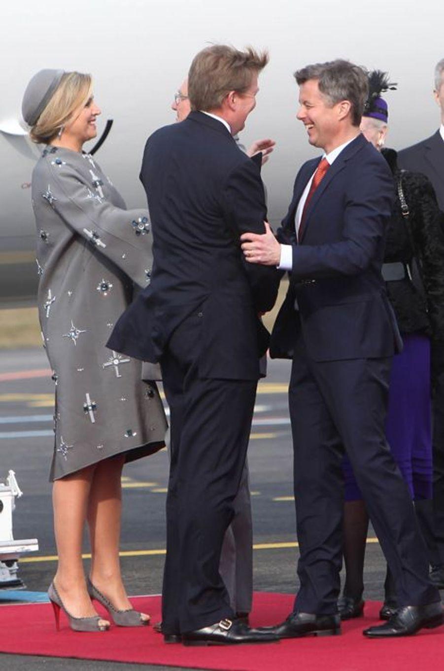 La reine Maxima et le roi Willem-Alexander des Pays-Bas avec le prince Frederik de Danemark à l'aéroport de Copenhague, le 17 mars 2015