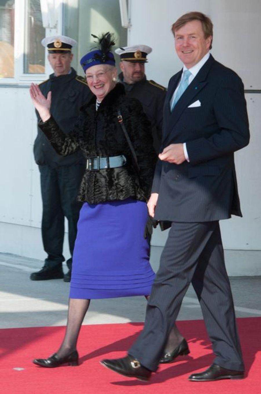 Le roi Willem-Alexander avec la reine Margrethe II de Danemark à l'aéroport de Copenhague, le 17 mars 2015