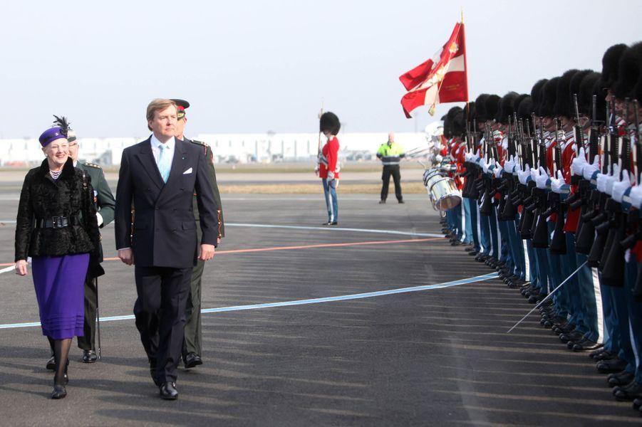 Le roi Willem-Alexander des Pays-Bas et la reine Margrethe II de Danemark à l'aéroport de Copenhague, le 17 mars 2015
