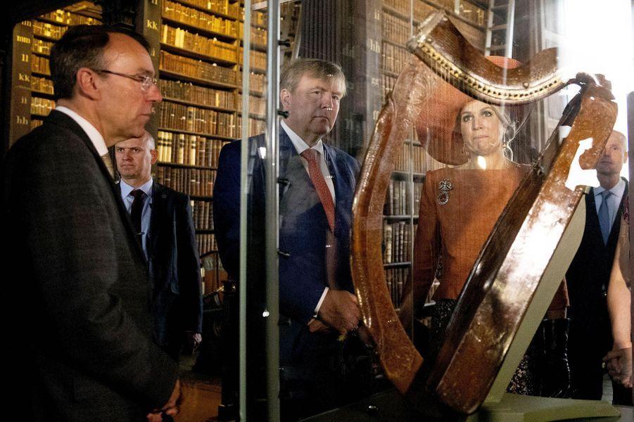 La reine Maxima et le roi Willem-Alexander des Pays-Bas devant la harpe Brian Boru à Dublin, le 13 juin 2019