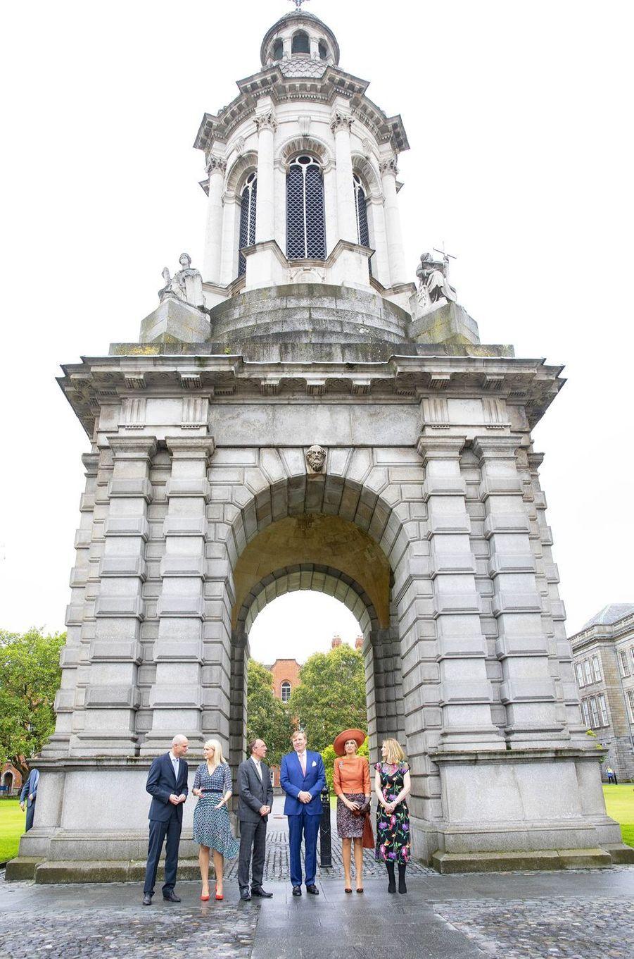 La reine Maxima et le roi Willem-Alexander des Pays-Bas devant le Trinity College à Dublin, le 13 juin 2019