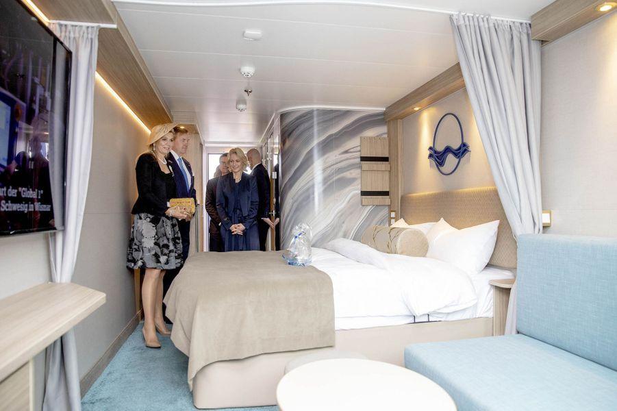 La reine Maxima et le roi Willem-Alexander des Pays-Bas visitent un bateau de croisière à Rostock, le 21 mai 2019