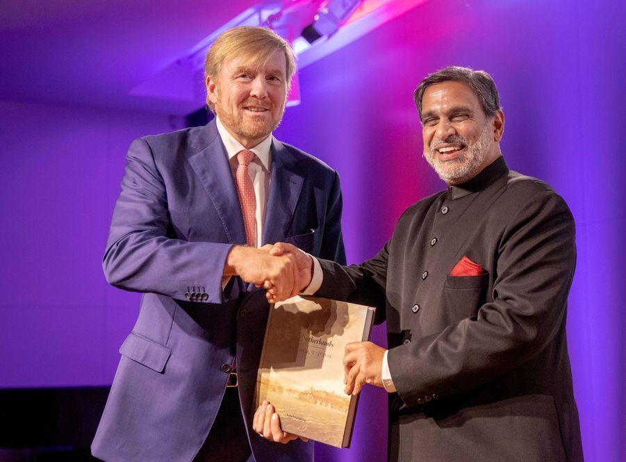 Le roi Willem-Alexander et l'ambassadeur indien aux Pays-Bas, à Amsterdam le 30 septembre 2019