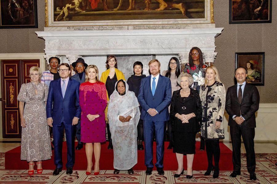 La reine Maxima, le roi Willem-Alexander des Pays-Bas, les princesses Laurentien, Beatrix et Mabel, le prince Constantijn avec les lauréates du prix Prince Claus 2019 à Amsterdam, le 4 décembre 2019