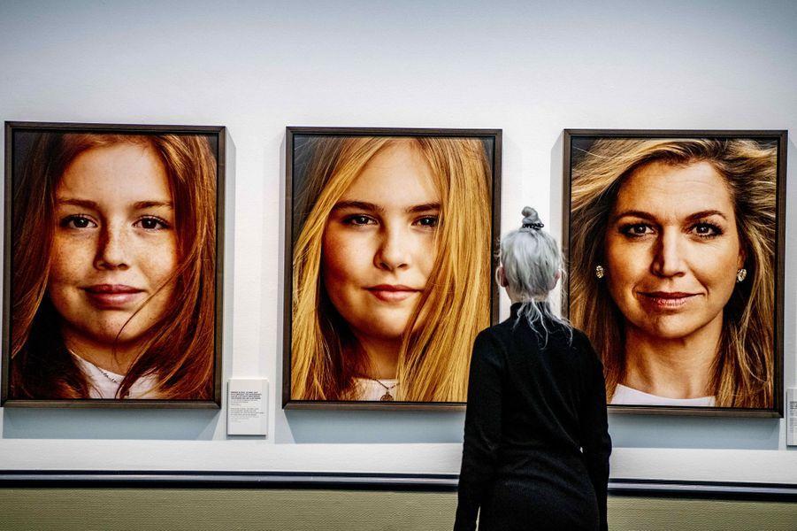Portraits des princesses Alexia et Catharina-Amalia et de la reine Maxima des Pays-Bas, exposés à La Haye le 15 février 2019
