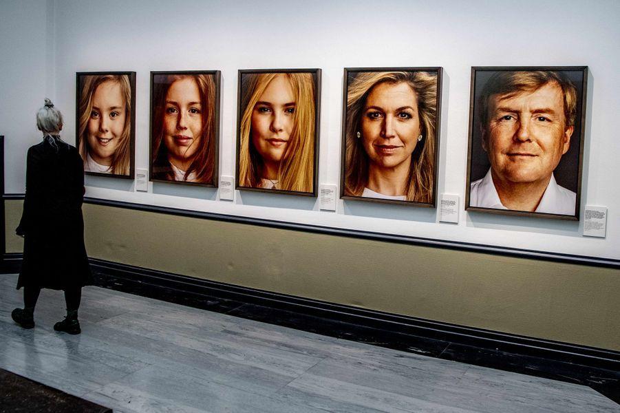 Portraits de la reine Maxima, du roi Willem-Alexander des Pays-Bas et de leurs filles, exposés à La Haye le 15 février 2019