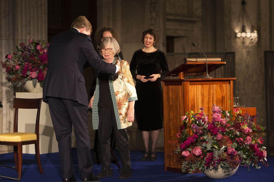 Le roi Willem-Alexander des Pays-Bas avec Barbara Ehrenreich à Amsterdam, le 27 novembre 2018