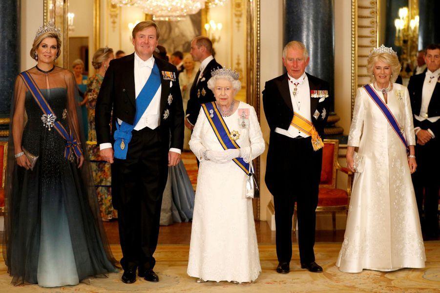 La reine Maxima et le roi Willem-Alexander des Pays-Bas avec la reine Elizabeth II, le prince Charles et la duchesse de Cornouailles Camilla à Buckingham Palace à Londres, le 23 octobre 2018