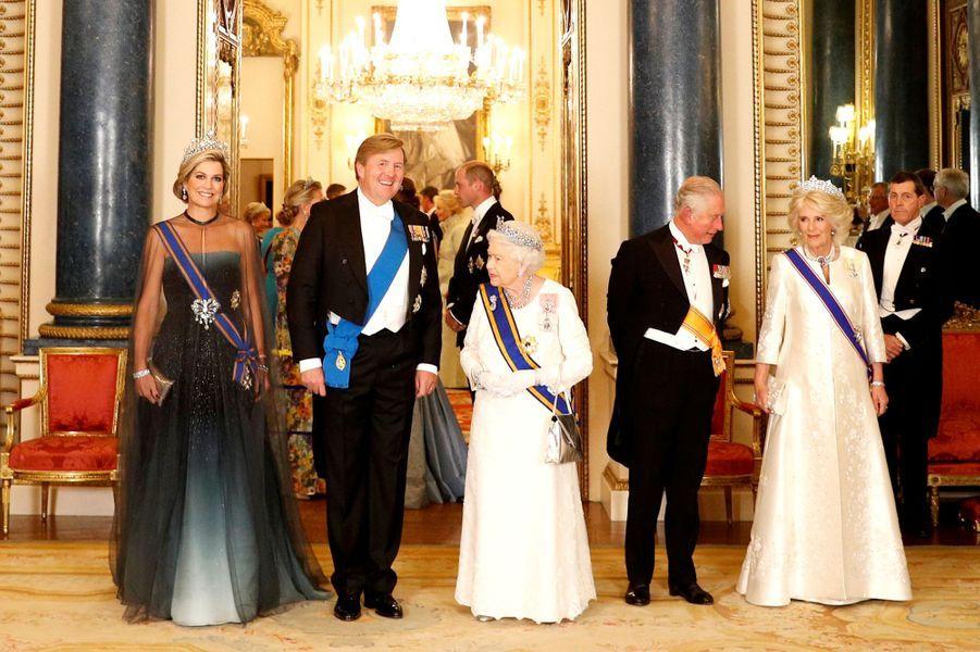 La reine Maxima et le roi Willem-Alexander des Pays-Bas avec la reine Elizabeth II, le prince Charles et la duchesse de Cornouailles Camilla à Londres, le 23 octobre 2018