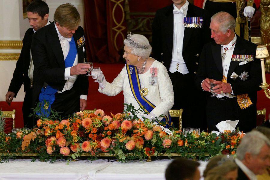 Le roi Willem-Alexander des Pays-Bas avec la reine Elizabeth II et le prince Charles à Londres, le 23 octobre 2018