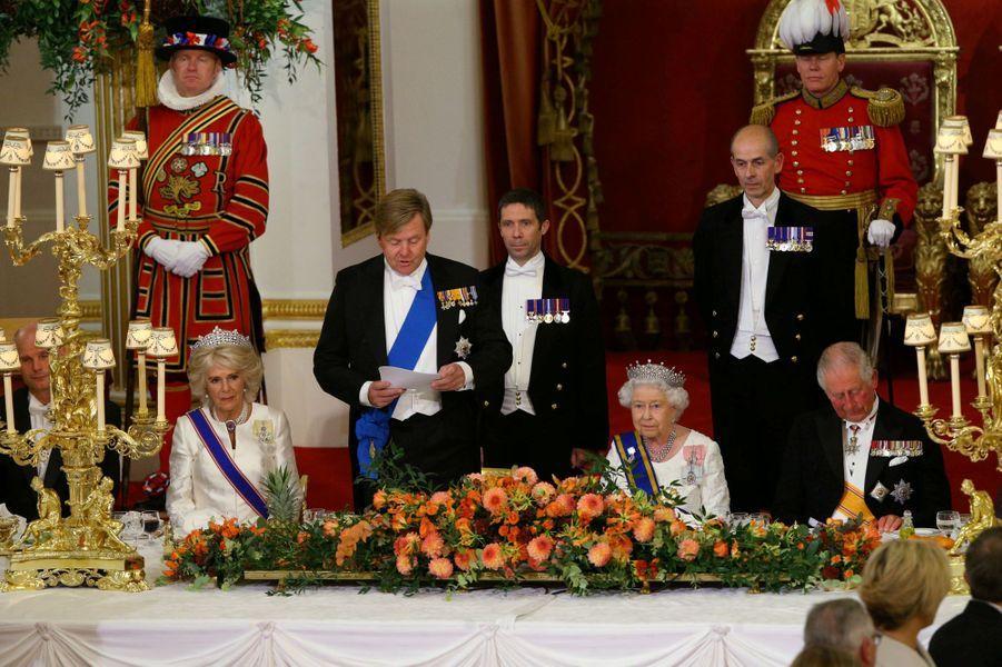 Le roi Willem-Alexander des Pays-Bas avec la reine Elizabeth II, le prince Charles et la duchesse de Cornouailles Camilla à Londres, le 23 octobre 2018