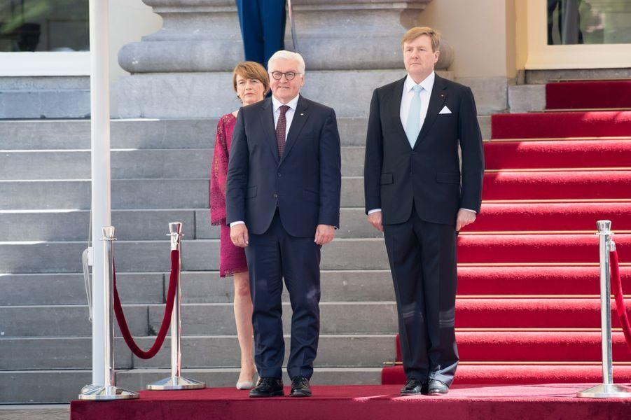 Le roi Willem-Alexander des Pays-Bas avec le président allemand Frank-Walter Steinmeier et sa femme, le 15 mai 2018 à La Haye