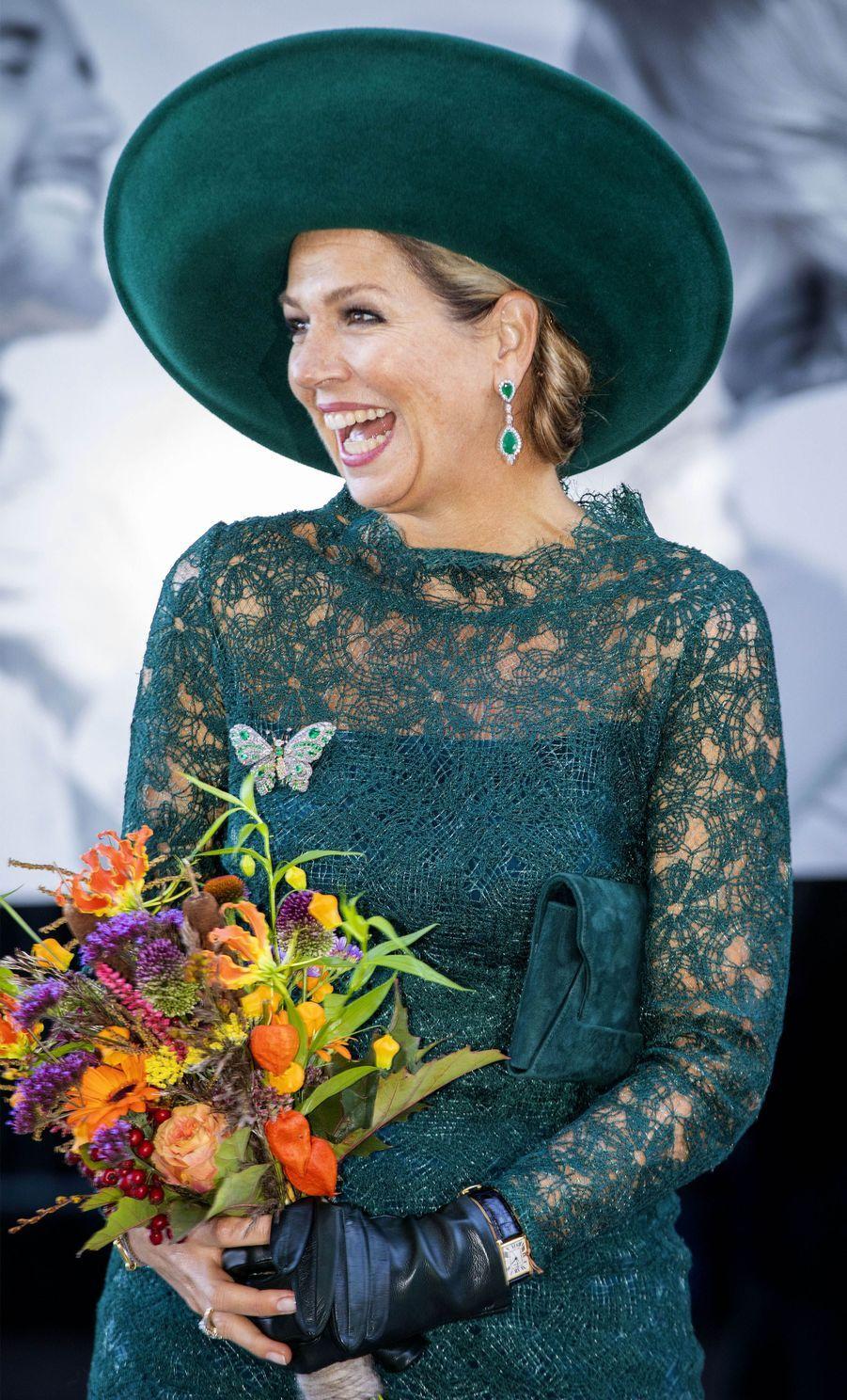 La reine Maxima des Pays-Bas et son bouquet de fleurs du Maximapark, à Utrecht le 5 octobre 2018