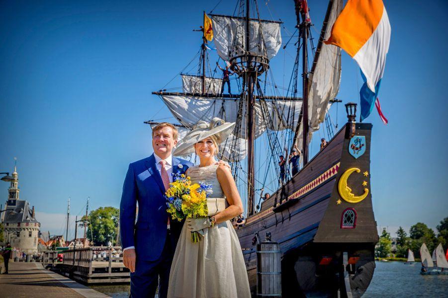 La reine Maxima et le roi Willem-Alexander des Pays-Bas devant la réplique du Halve Maen à Hoorn, le 28 juin 2018