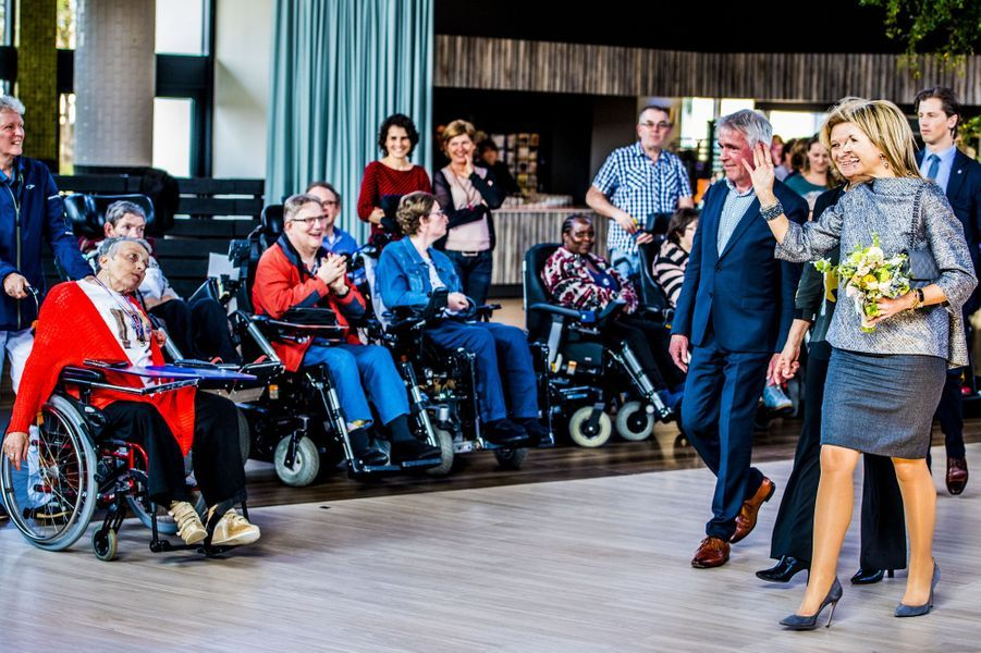 La reine Maxima des Pays-Bas en total look gris à Zandvoort, le 11 avril 2018