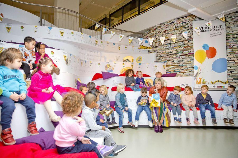 La princesse Laurentien des Pays-Bas fait la lecture à des enfants à La Haye, le 24 janvier 2018