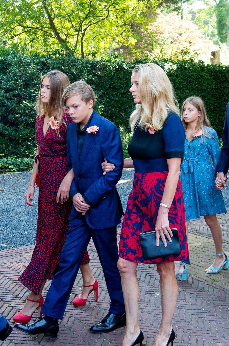 La princesse Mabel des Pays-Bas, avec la fille aînée et le fils du prince Constantijn et de la princesse Laurentien aux funérailles de la princesse Christina à La Haye, le 22 juin 2019