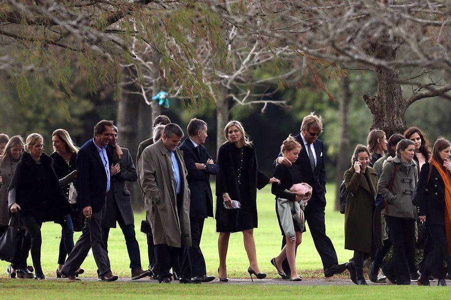 La reine Maxima des Pays-Bas, avec le roi Willem-Alexander et leurs filles, aux funérailles de son père Jorge Zorreguieta à Buenos Aires, le 10 août 2017