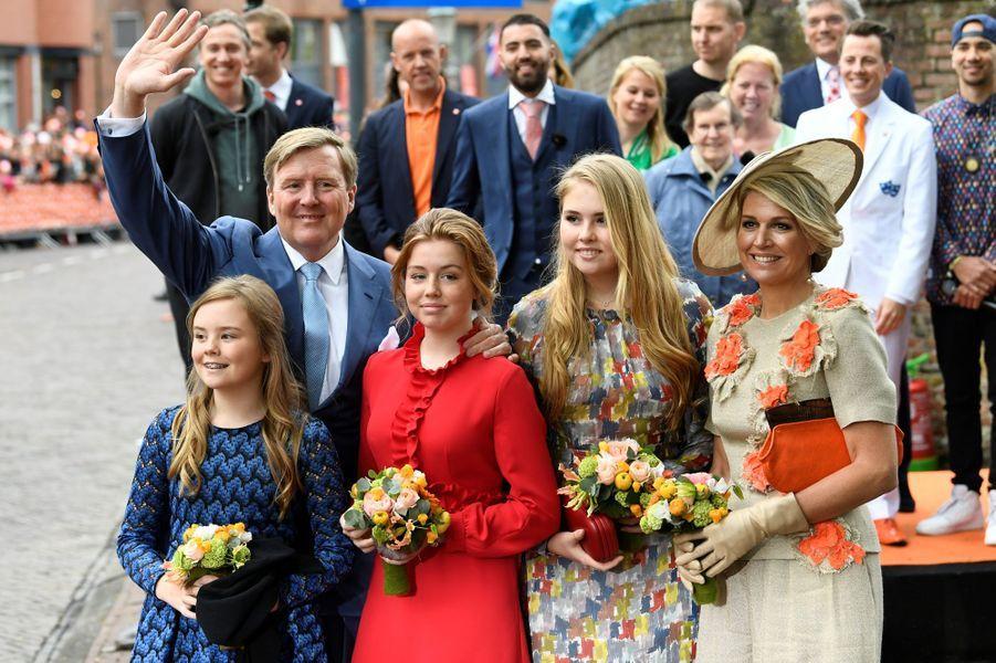 Le roi Willem-Alexander et la reine Maxima des Pays-Bas avec les princesses Ariane, Alexia et Catharina-Amalia à Amersfoort, le 27 avril 2019