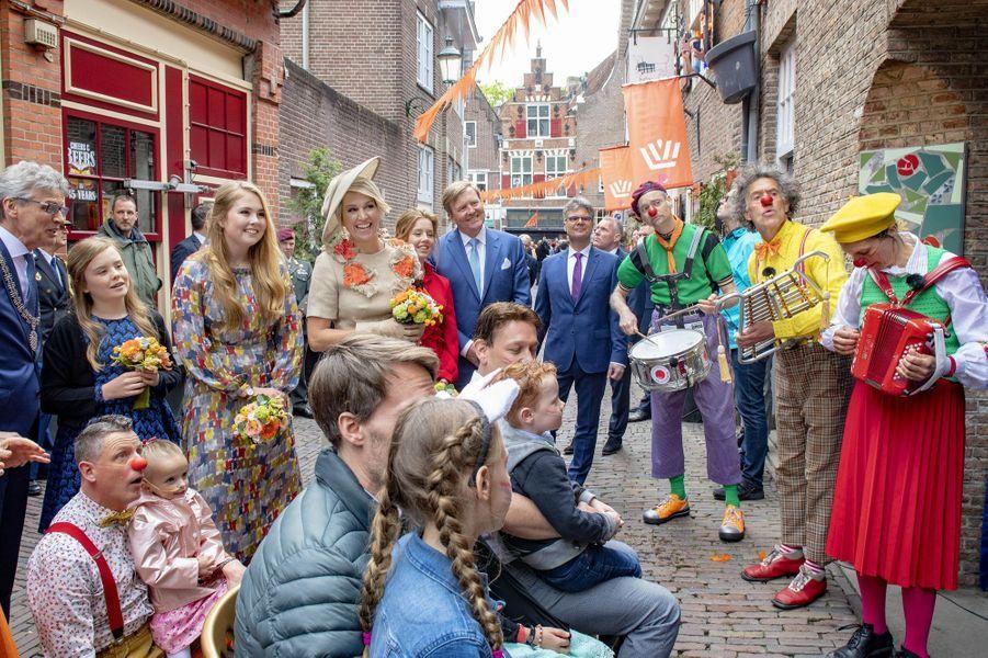La reine Maxima et le roi Willem-Alexander des Pays-Bas avec leurs filles à Amersfoort, le 27 avril 2019