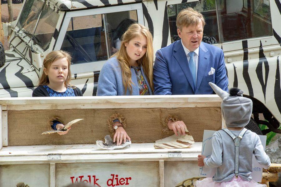 Le roi Willem-Alexander des Pays-Bas avec les princesses Ariane et Catharina-Amalia à Amersfoort, le 27 avril 2019