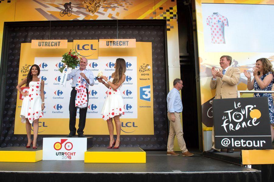 Le roi Willem-Alexander des Pays-Bas à côté du podium où se trouve Joop Zoetemelk, le 4 juillet 2015