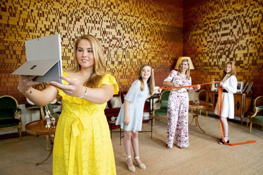 La reine Maxima des Pays-Bas avec ses filles à La Haye, le 27 avril 2020