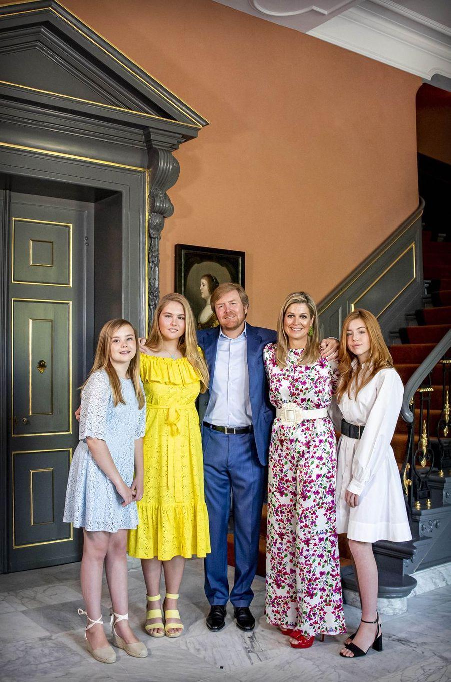 La reine Maxima et le roi Willem-Alexander des Pays-Bas avec leurs filles, le 27 avril 2020 au palais Huis ten Bosch à La Haye