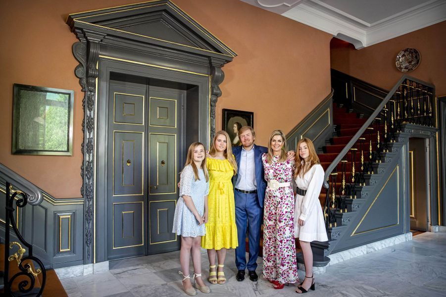 La reine Maxima et le roi Willem-Alexander des Pays-Bas avec leurs filles au palais Huis ten Bosch à La Haye, le 27 avril 2020