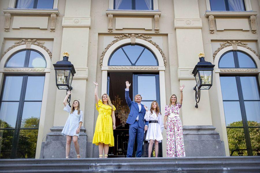 La reine Maxima et le roi Willem-Alexander des Pays-Bas avec leurs filles à La Haye, le 27 avril 2020