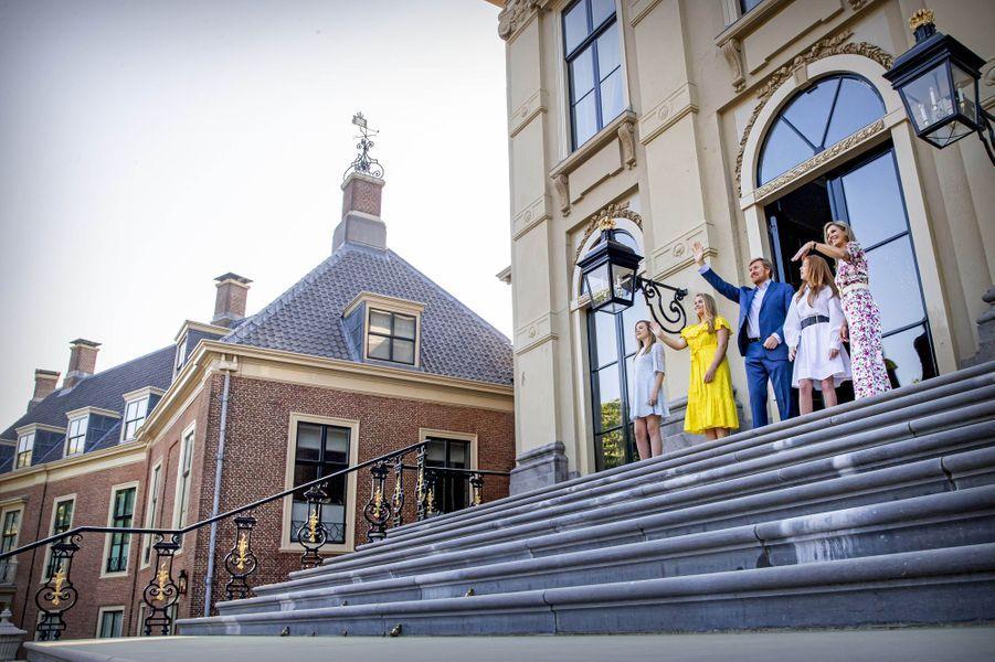 La reine Maxima et le roi Willem-Alexander des Pays-Bas avec leurs filles, le 27 avril 2020 à La Haye