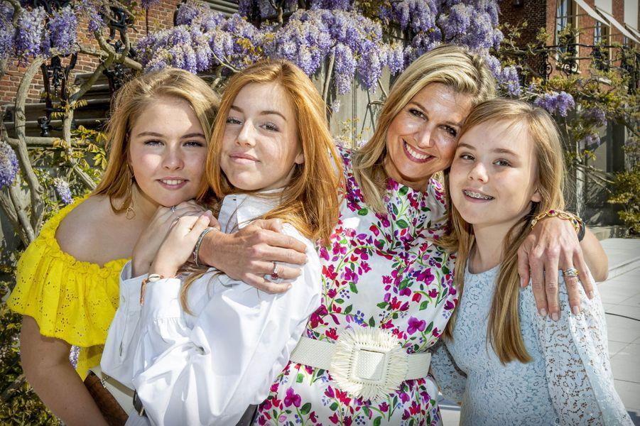 La reine Maxima des Pays-Bas et ses filles les princesses Catharina-Amalia, Alexia et Ariane à La Haye, le 27 avril 2020