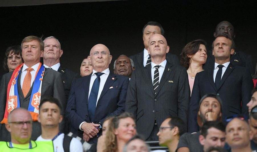 Le roi Willem-Alexander des Pays-Bas avec Michael van Praag, Gianni Infantino et Emmanuel Macron à Lyon, le 7 juillet 2019