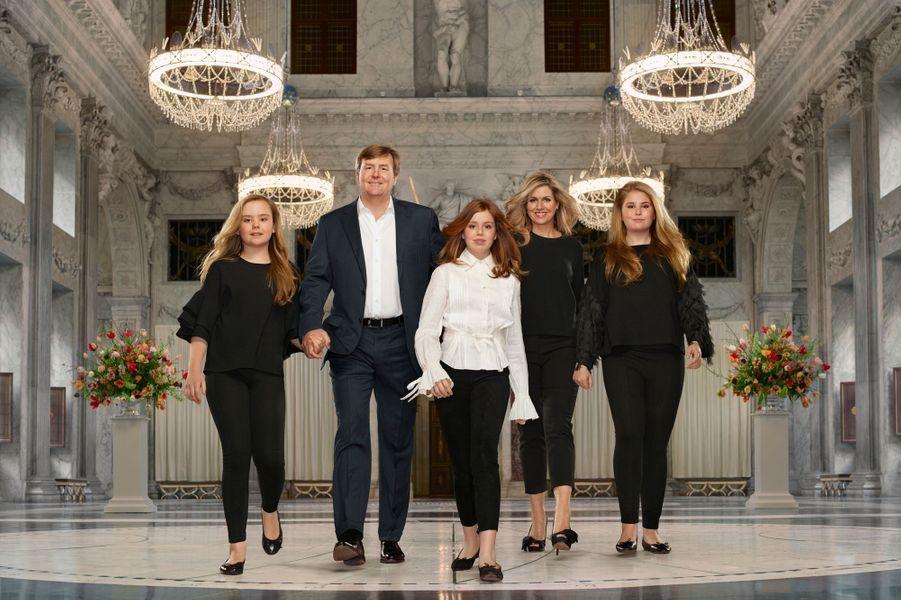 Portrait de la reine Maxima et du roi Willem-Alexander des Pays-Bas avec leurs filles, en mars 2018