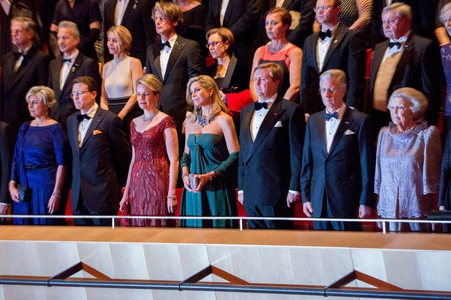 La famille royale des Pays-Bas avec la reine Mathilde et le roi Philippe de Belgique à Amsterdam, le 29 novembre 2016