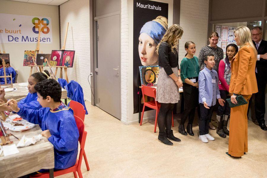 La reine Maxima des Pays-Bas visite une maison de quartier à La Haye, le 17 novembre 2016