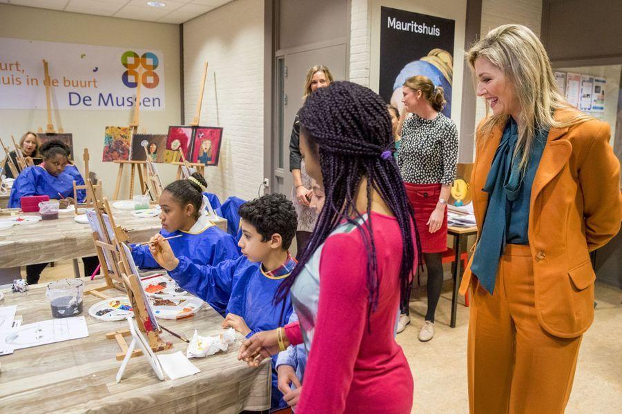 La reine Maxima des Pays-Bas avec de petits peintres à La Haye, le 17 novembre 2016