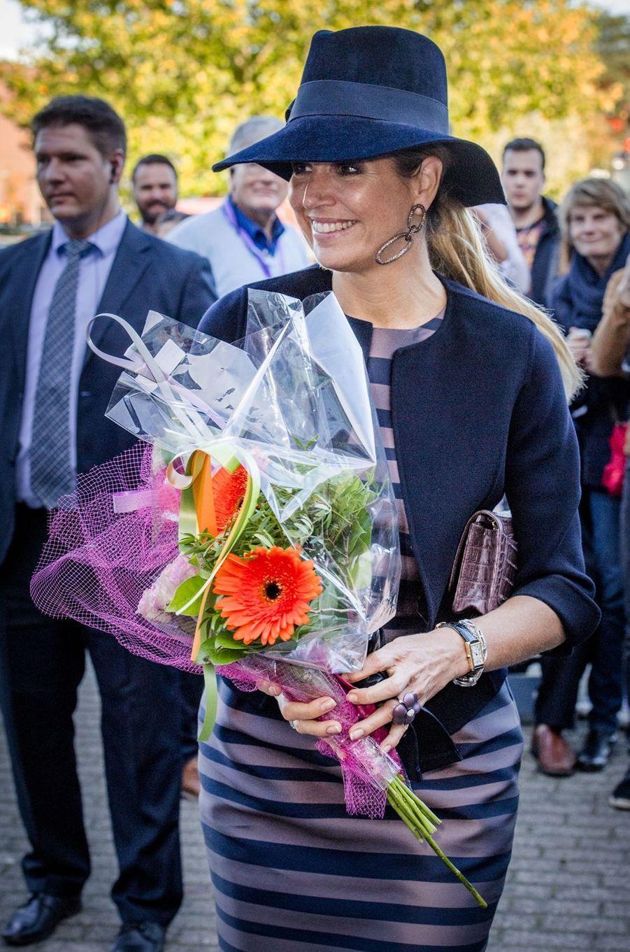 La reine Maxima des Pays-Bas couverte de fleurs à Amersfoort, le 6 octobre 2017