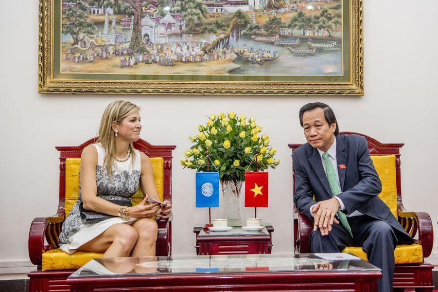 La reine Maxima des Pays-Bas avec le ministre du Travail, des Invalides et des Affaires sociales à Hanoï, le 1er juin 2017