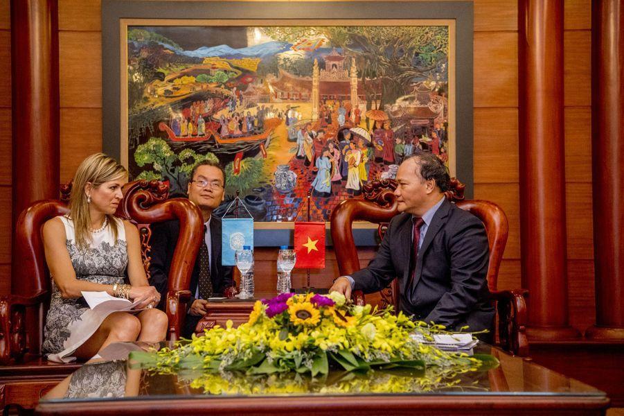 La reine Maxima des Pays-Bas avec le ministre de l'Agriculture vietnamien à Hanoï, le 1er juin 2017