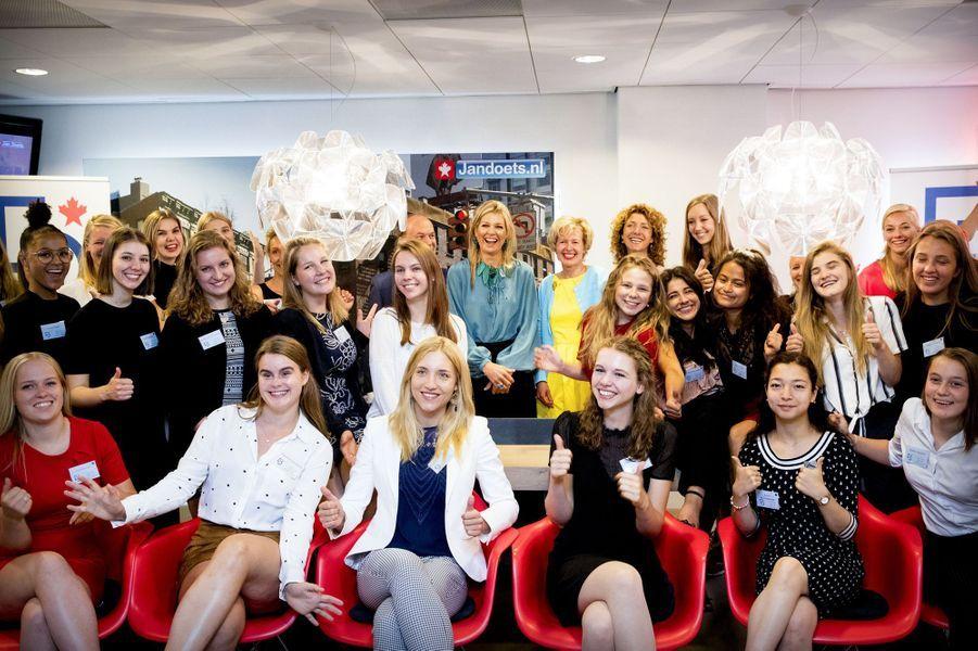 La reine Maxima des Pays-Bas avec les participantes de la Young Lady Business Academy à Heerhugowaard, le 12 juillet 2018