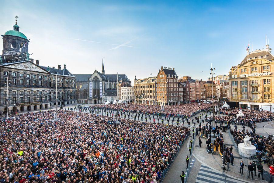 Le public rassemblé pour la cérémonie sur la place du Dam à Amsterdam, le 4 mai 2016