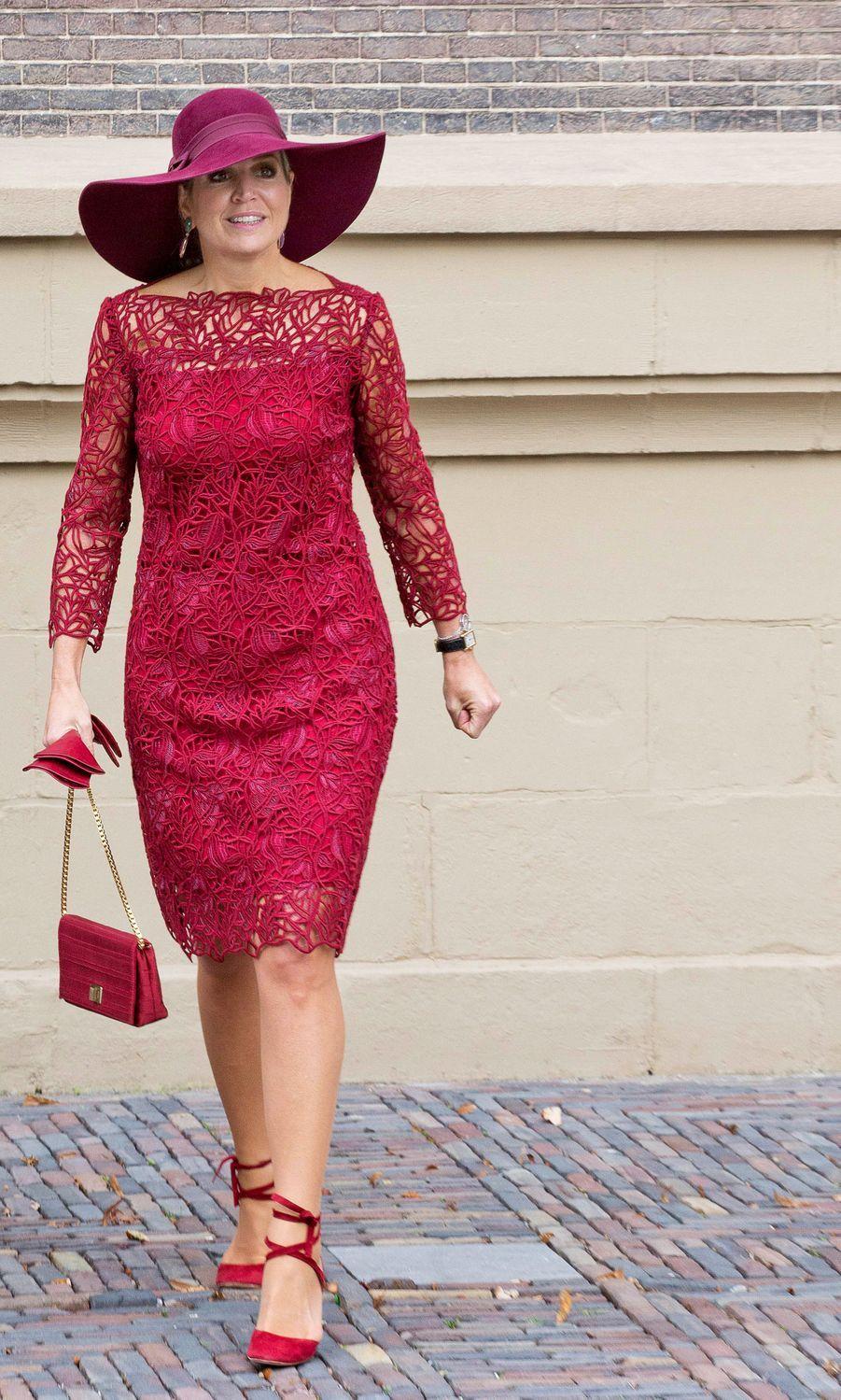 La reine Maxima des Pays-Bas en total look framboise à La Haye, le 4 octobre 2017