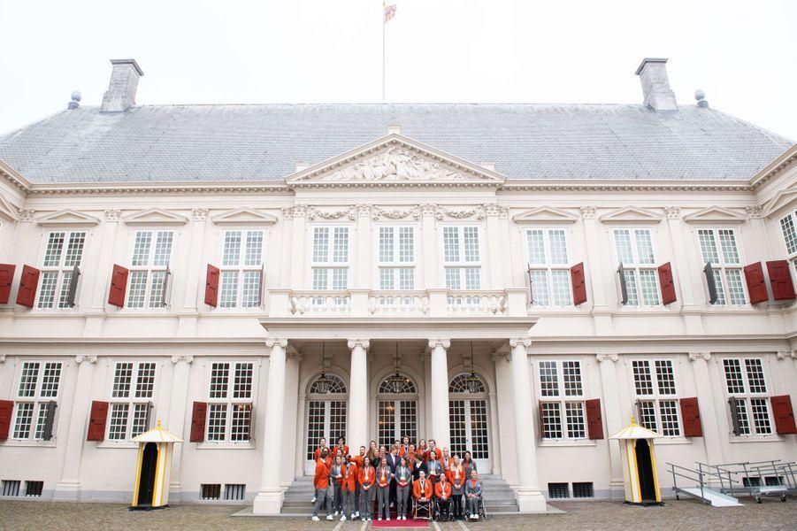 La reine Maxima, le roi Willem-Alexander et la princesse Margriet des Pays-Bas devant le palais Noordeinde à La Haye, le 23 mars 2018